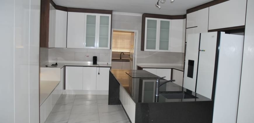 Spaciuos fitted kitchen/fitted electric stove