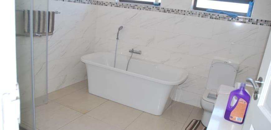 Coomon bathroom/bath tub/shower