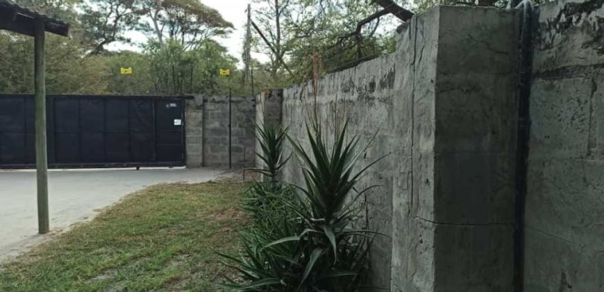 Paved driveway/motorised gate/electric fence
